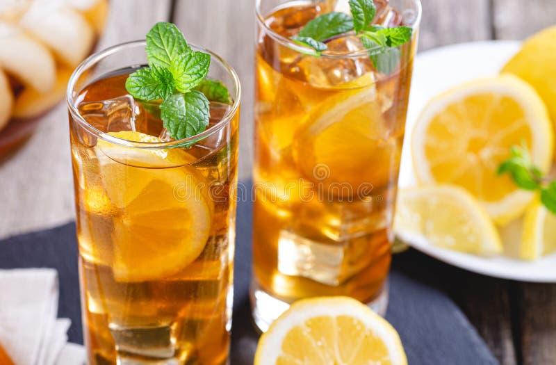 杯与柠檬切片的冰茶 免版税库存照片
