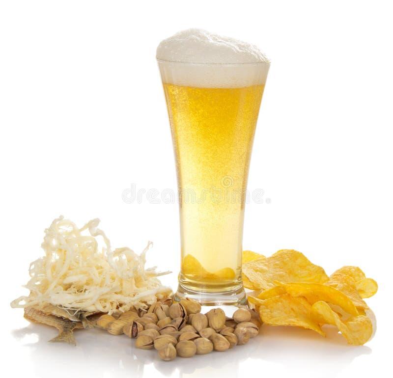杯与泡沫,泡影的新鲜的低度黄啤酒, 免版税库存图片