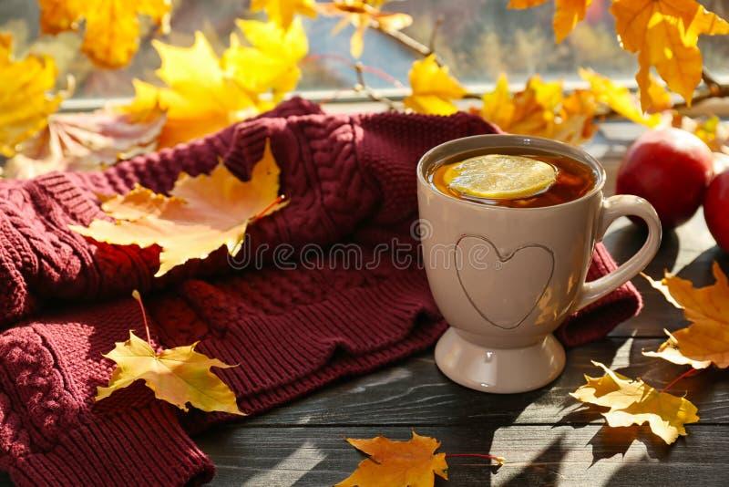 杯与秋叶的芳香茶在窗台 库存照片