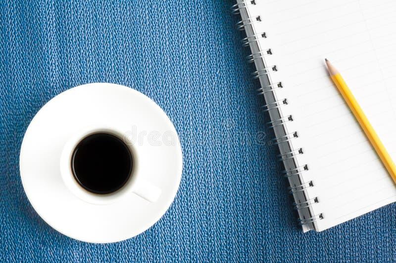 杯与笔记薄的无奶咖啡 免版税图库摄影