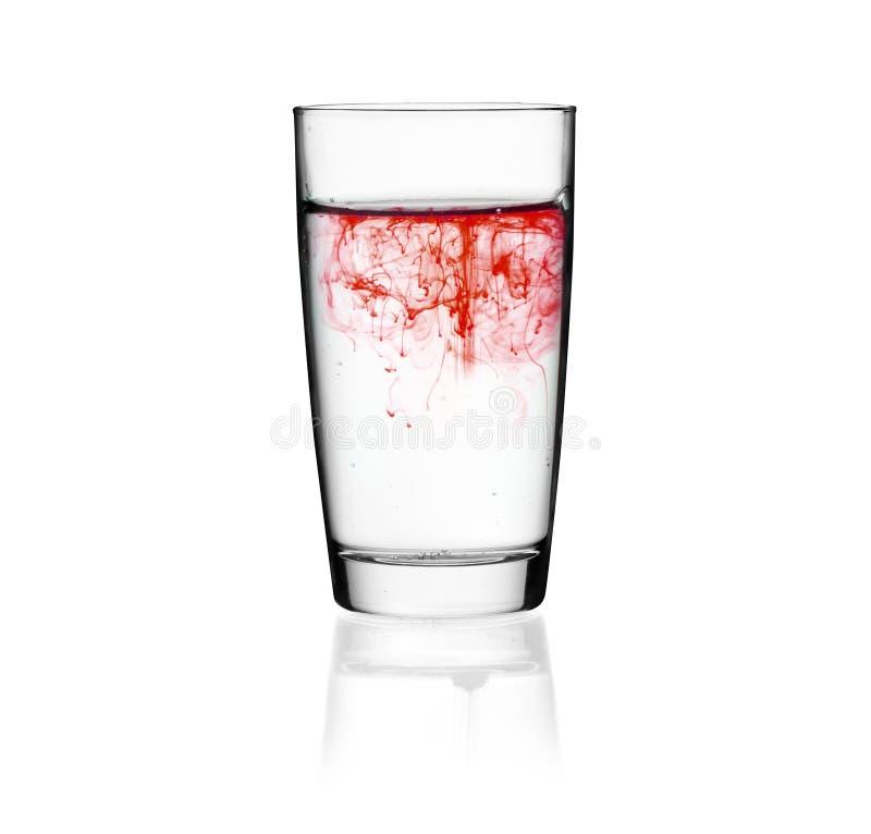 杯与红色搀合物的饮用水 免版税库存图片