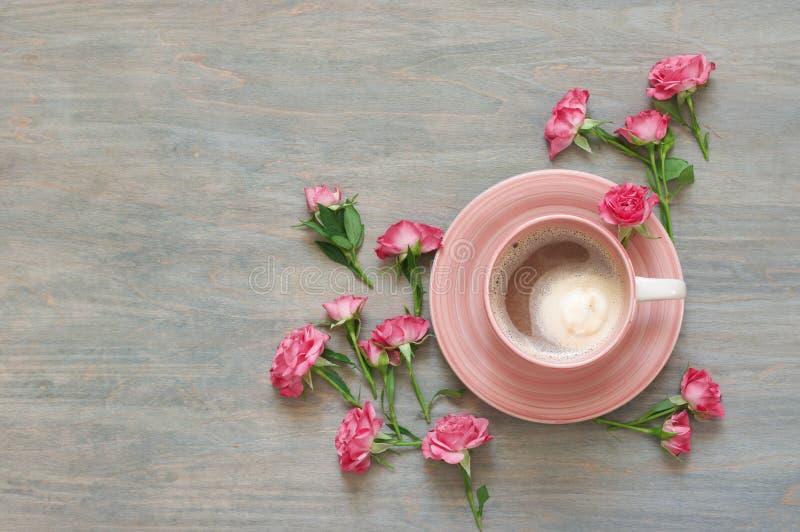 杯与花装饰的乳脂状的咖啡 库存照片
