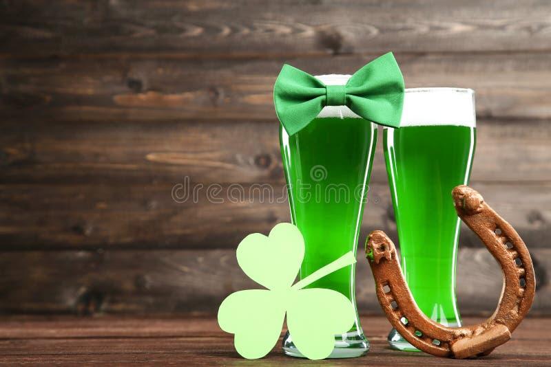 杯与蝶形领结的绿色啤酒 库存图片