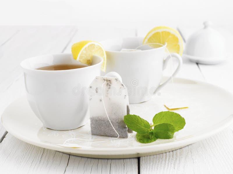 杯与袋子末端的茶 免版税库存照片