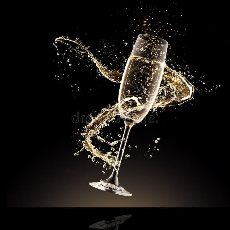 杯与飞溅的香槟,隔绝在黑色 免版税库存照片