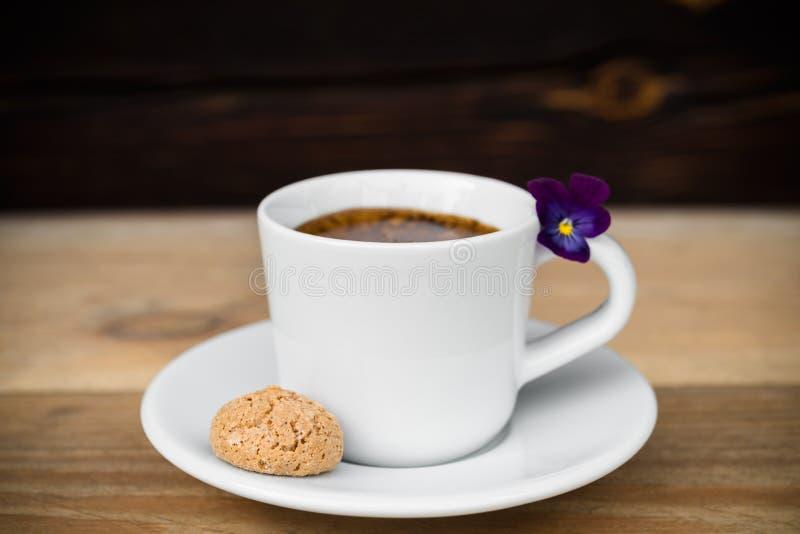 杯与biscotti的浓咖啡在木桌上 库存图片