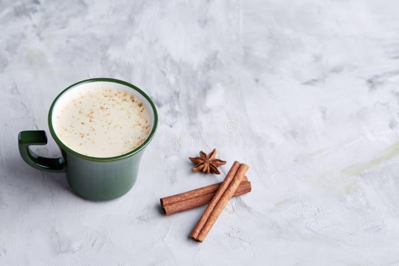 杯乳脂状的咖啡用桂香和八角在白色织地不很细背景,顶视图,特写镜头,选择聚焦 免版税图库摄影