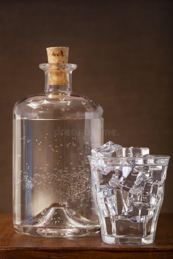 杯冰冷的水和瓶 库存图片
