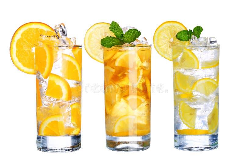 杯冷的冰茶和柠檬水喝被隔绝的收藏 免版税库存照片