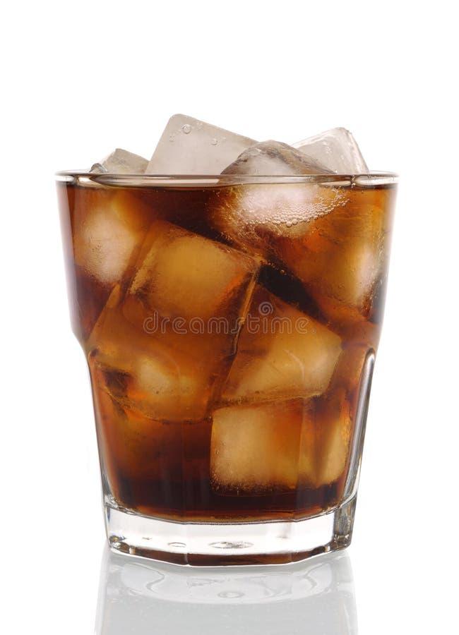 杯冷的泡沫腾涌的可乐 免版税库存照片