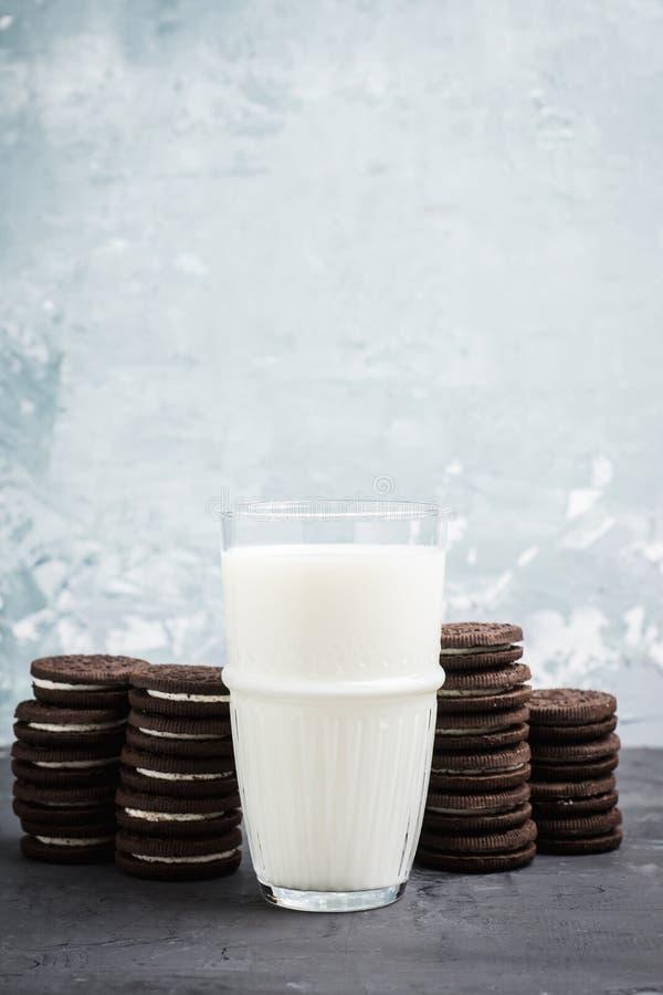 杯冷的牛奶和巧克力饼干在土气背景 库存照片