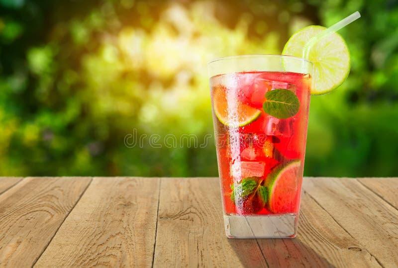 杯冷的红色鸡尾酒 免版税图库摄影