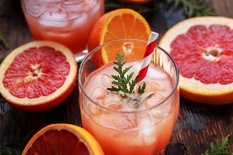 杯刷新的酒精饮料用橙汁、伏特加酒或者白色兰姆酒服务与冰桔子切片 库存照片