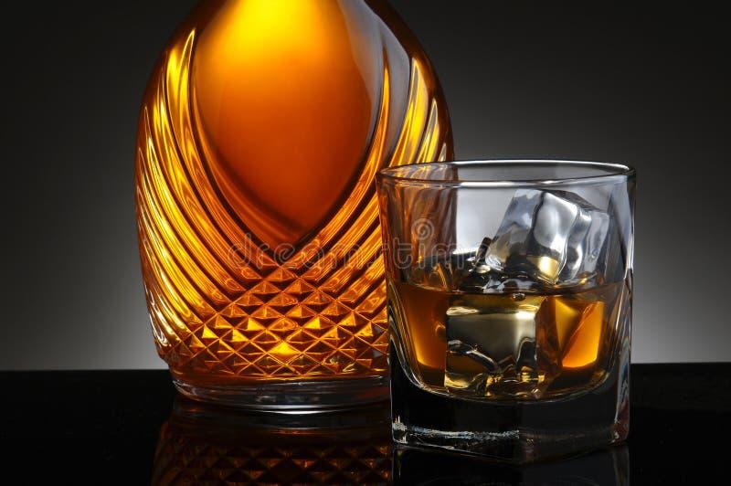 杯刻痕和典雅的蒸馏瓶 库存图片