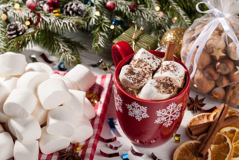 杯可可粉用在圣诞节桌上的白色蛋白软糖 免版税库存照片