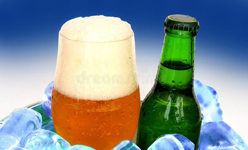 杯啤酒和瓶在冰 库存照片