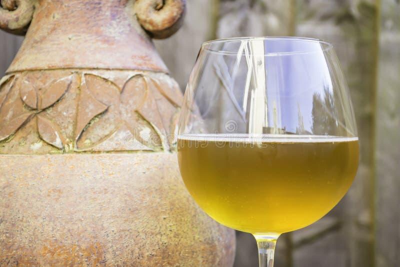 杯啤酒和石头水罐 免版税库存图片