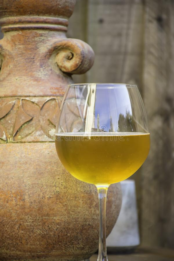 杯啤酒和石头水罐 图库摄影
