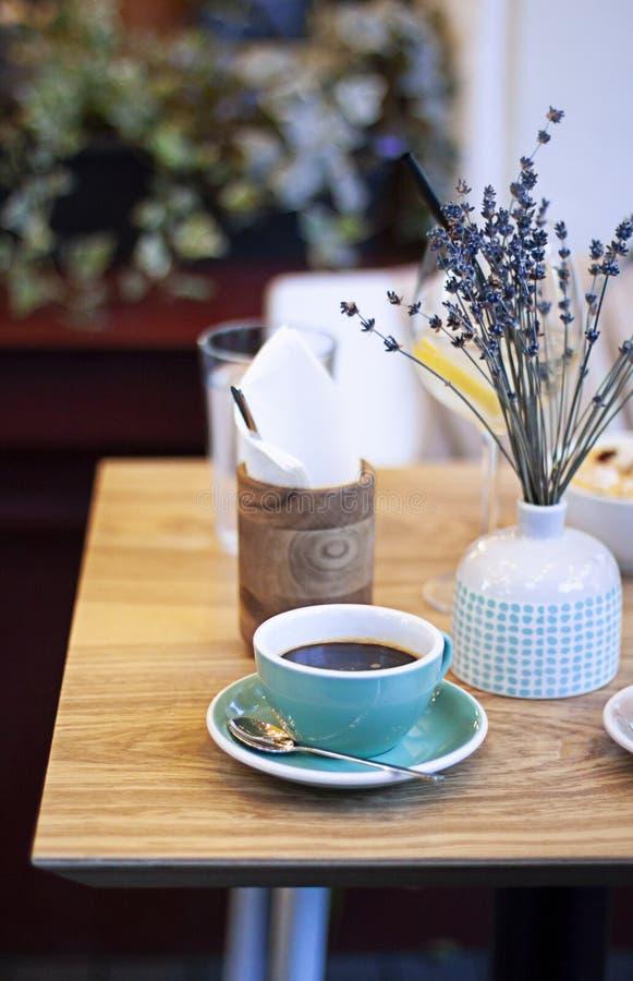 杯在一个咖啡馆的americano咖啡在木桌上 免版税图库摄影
