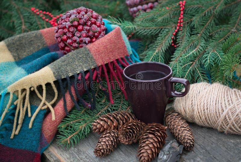 杯在一张土气木桌上的热的茶 免版税库存照片
