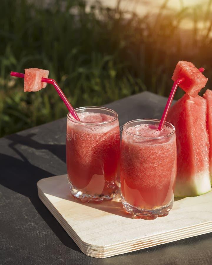 杯在切板的新鲜的西瓜汁 免版税库存图片