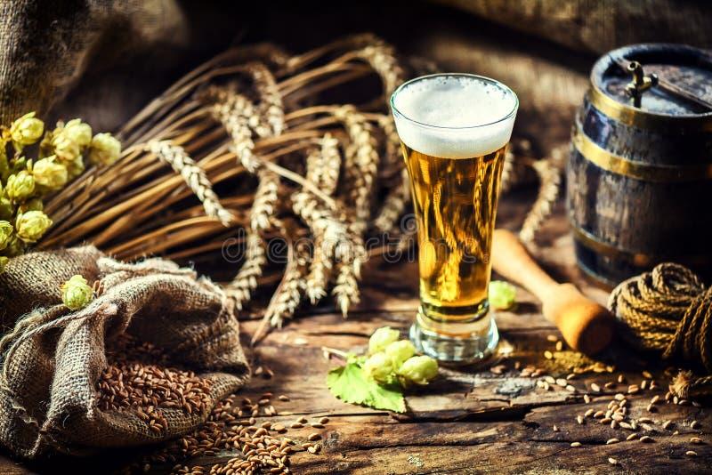 杯在土气设置的新鲜的冰镇啤酒 食物和饮料ba 库存图片