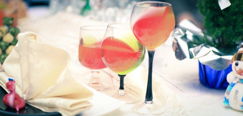 杯在圣诞节桌上的水果的被仔细考虑的酒 图库摄影