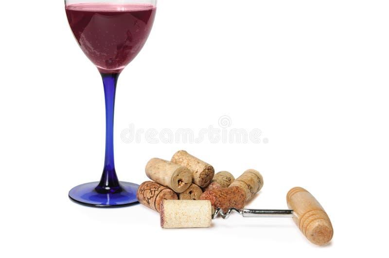 杯在堆的红色汽酒黄柏和拔塞螺旋附近 图库摄影