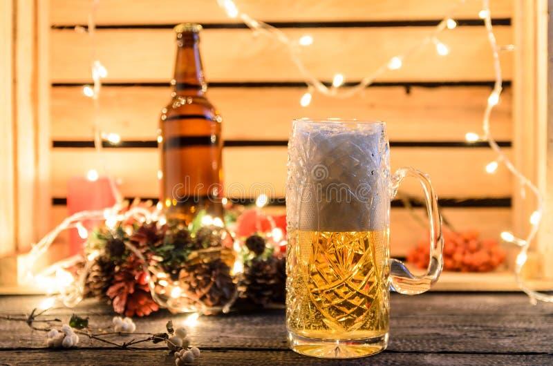 杯在客栈背景的低度黄啤酒 免版税库存图片