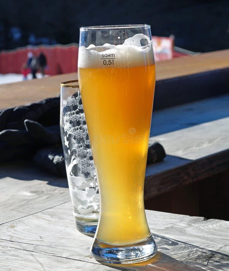 杯在客栈背景的淡和黑啤酒 库存照片