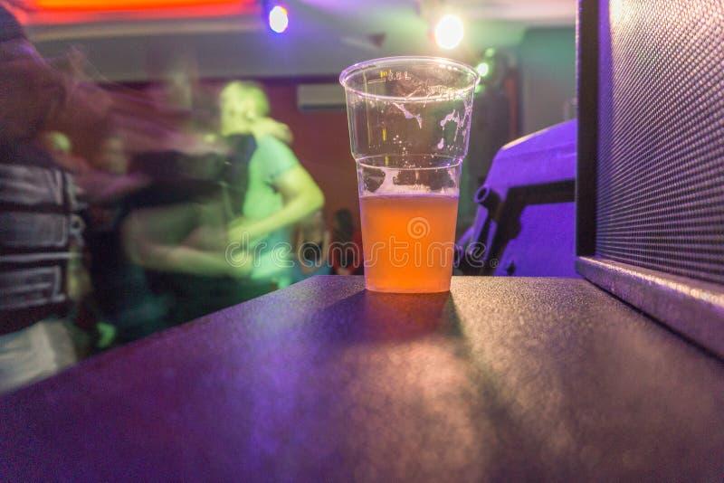 杯在岩石俱乐部的啤酒 库存图片