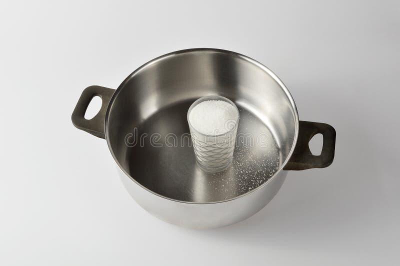 杯在平底深锅的砂糖,烹调点心 库存照片