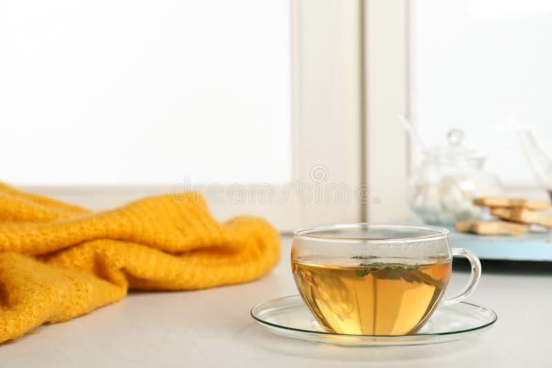 杯在户内窗台的新鲜的茶 冬天饮料 库存照片