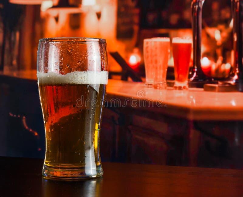 杯在木桌上的新鲜的啤酒 库存图片