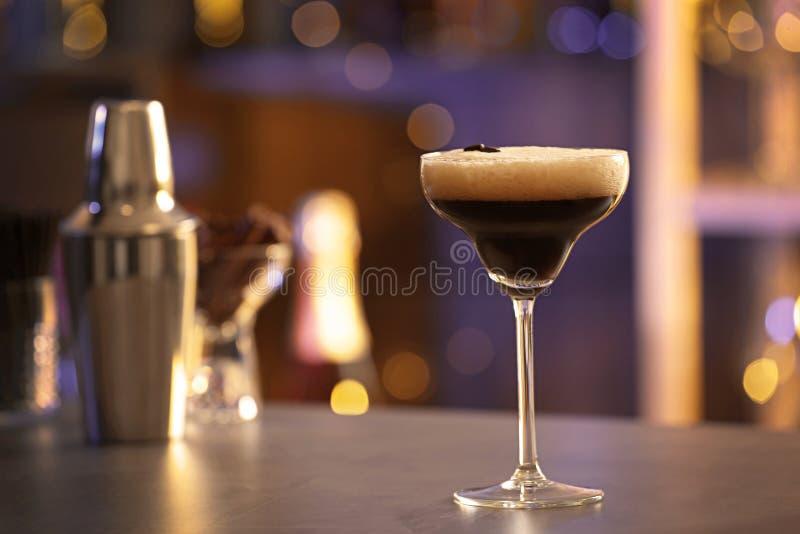 杯在柜台的浓咖啡马蒂尼鸡尾酒在酒吧 酒精鸡尾酒 免版税库存图片