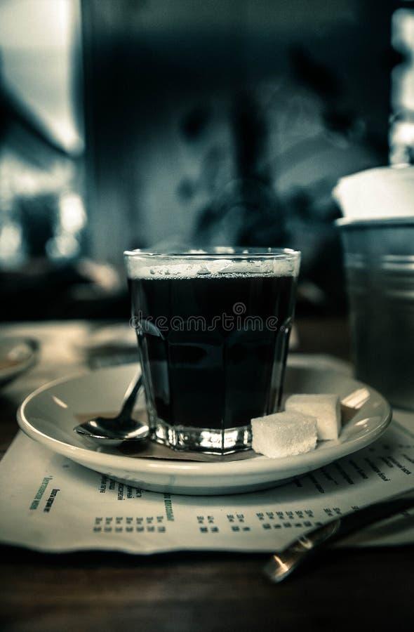杯在桌上的哀悼的咖啡在咖啡馆 库存图片