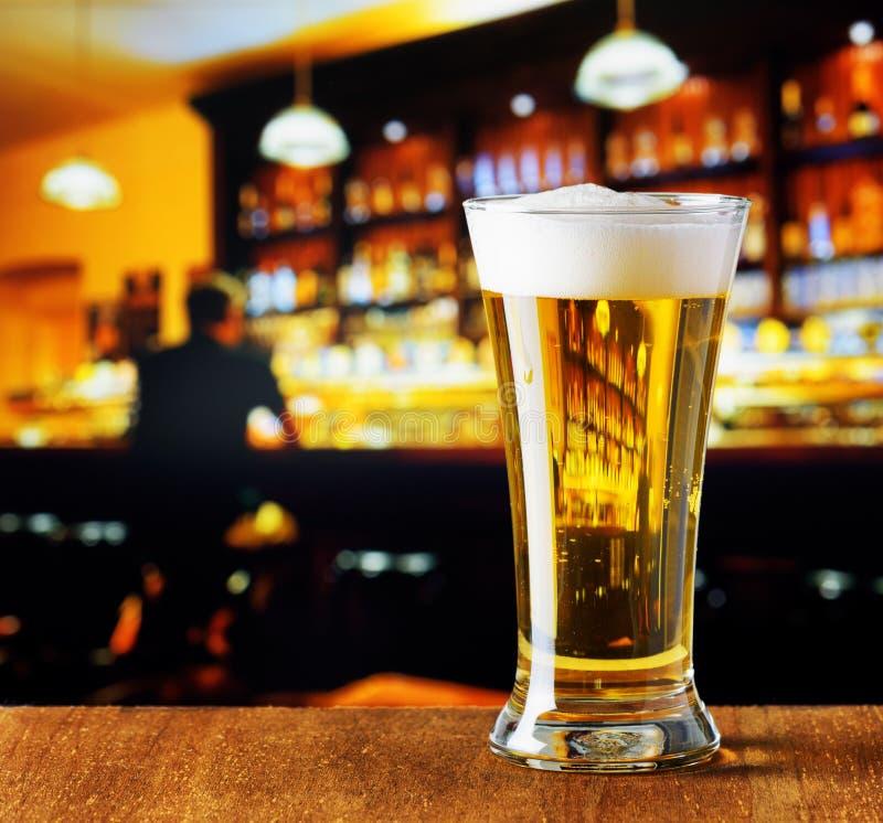 杯在棒的啤酒 库存图片