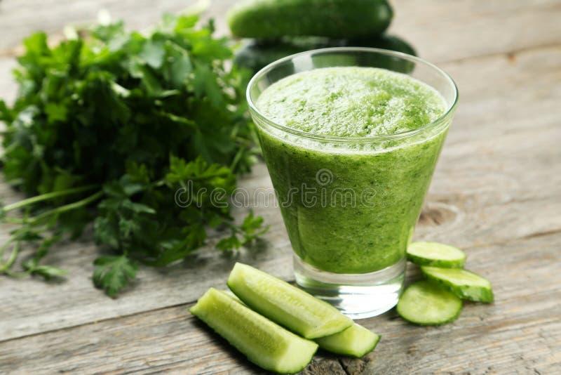 杯在灰色木背景的黄瓜汁 免版税库存图片