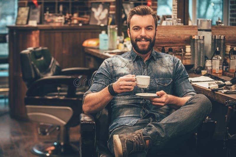 杯在理发店的新鲜的咖啡 库存图片