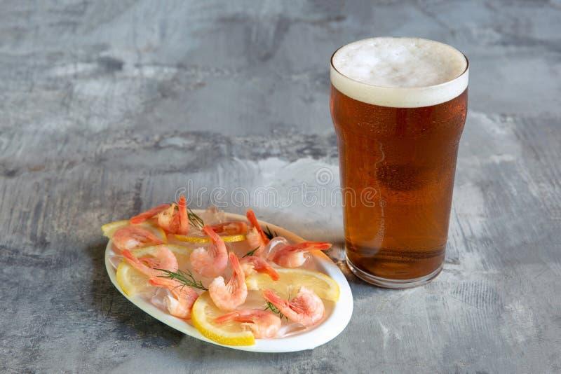 杯在白色石背景的低度黄啤酒 免版税库存图片