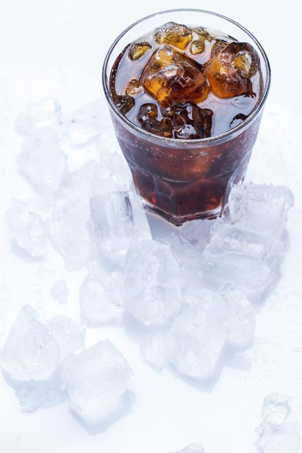 杯在白色背景的新鲜的焦炭 免版税库存照片