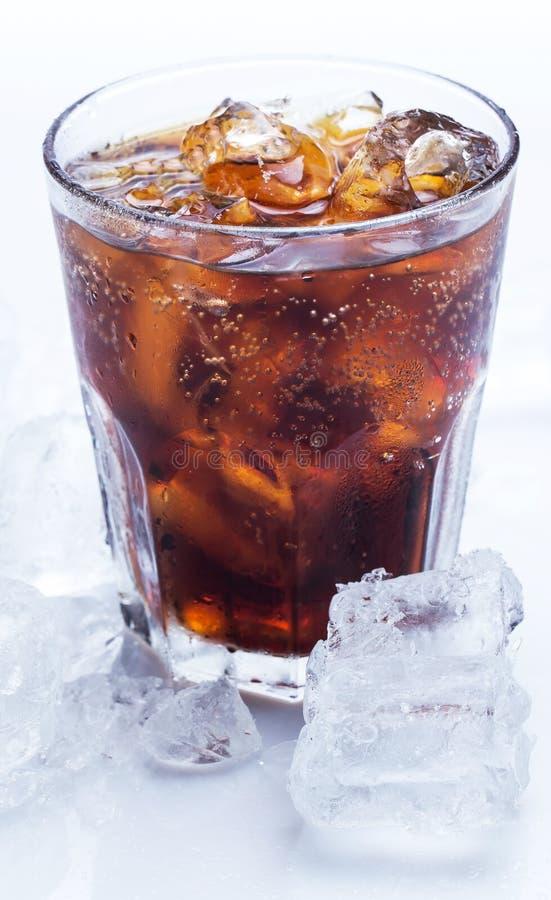 杯在白色背景的新鲜的焦炭 免版税图库摄影