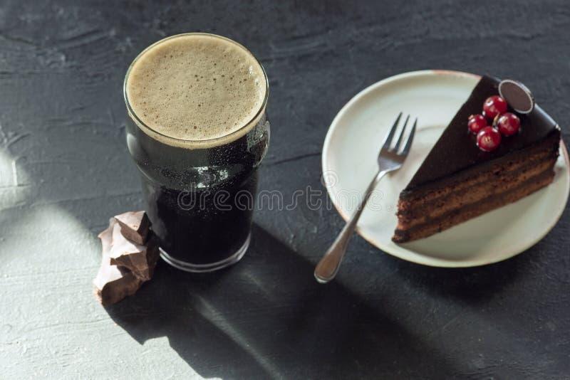 杯在石桌背景的黑啤酒 免版税库存图片
