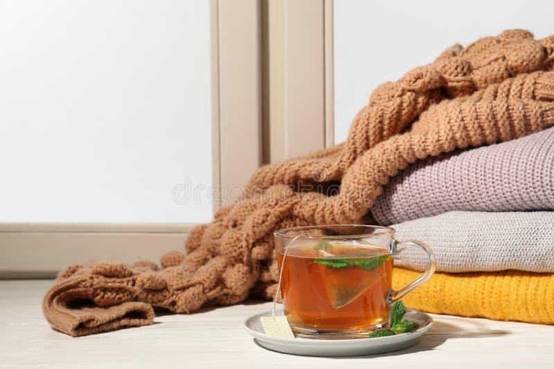 杯在窗台,文本的空间的新鲜的茶 冬天饮料 免版税库存图片