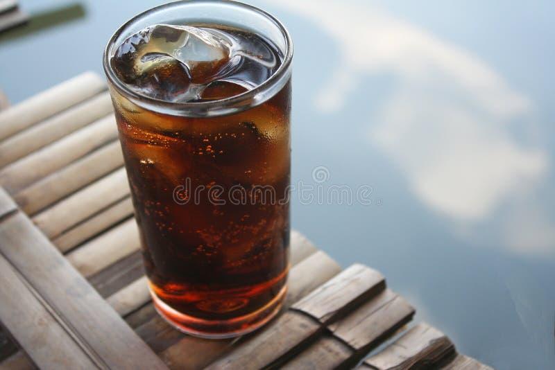 杯在竹木筏的汽水在湖 免版税库存照片