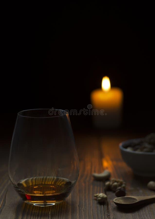 杯在老木桌上的苏格兰威士忌酒 免版税库存图片
