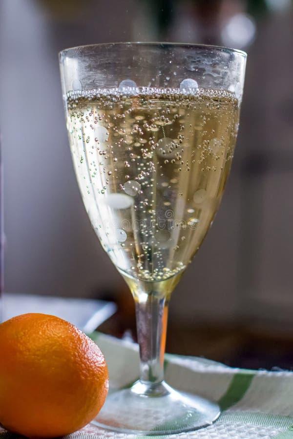 杯在背景的香槟用普通话 免版税库存照片