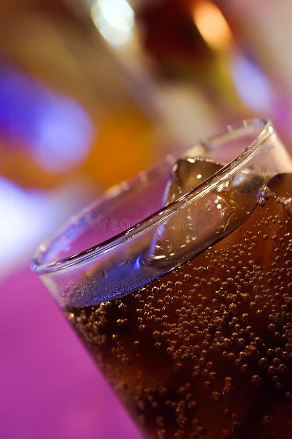 杯在逆酒吧的可乐在夜间 免版税库存照片
