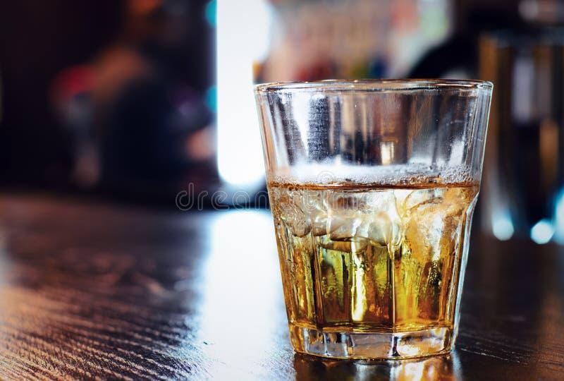 杯在酒吧柜台的威士忌酒 免版税库存照片