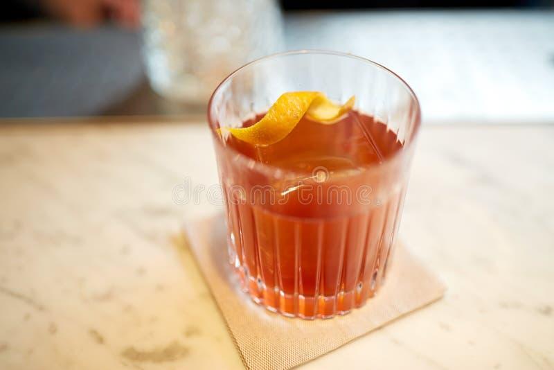 杯在酒吧柜台的酒精鸡尾酒 免版税库存图片
